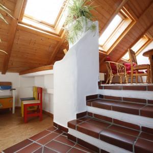 Treppenaufgang und Kinderspielecke