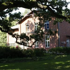 Blick aus dem park in Richtung Haupthaus/Speicher